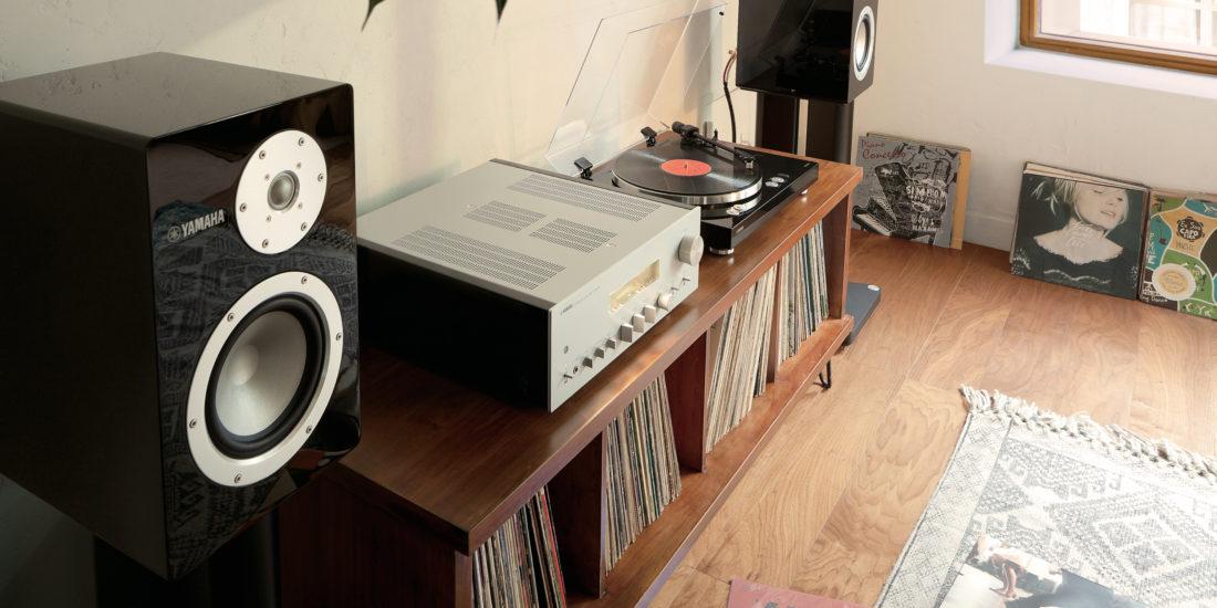 Die Yamaha-Lautsprecher NS-3000 in einer Wohnung mit HiFi-Anlage