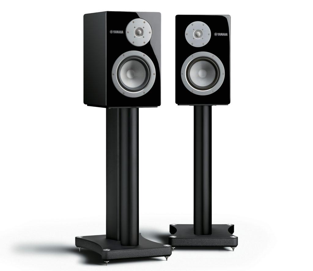 Die Yamaha-Lautsprecher NS-3000 auf den Standfüßen SPS-3000