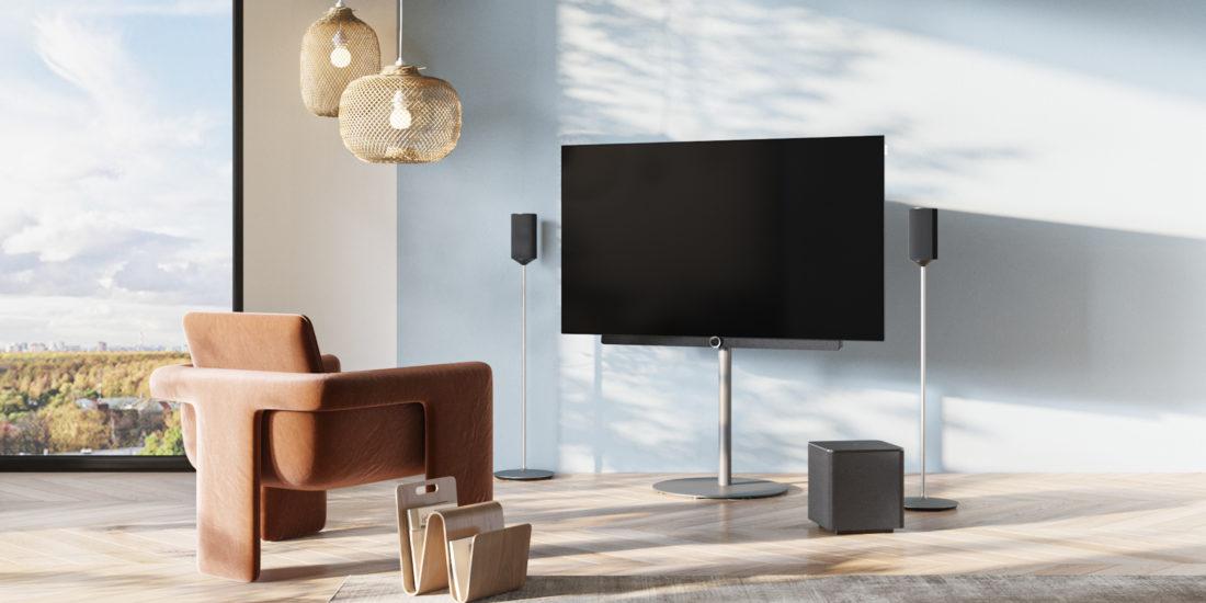 Der Fernseher Loewe bild 3 auf einem Standfuß in einerhell-eleganten Wohnumgebung