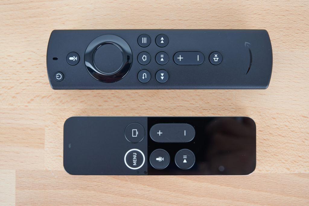 Die Fernbedienung des Fire TVs (oben) hat deutlich mehr Knöpfe als die des Apple TVs (unten) Bild: HIFI.DE