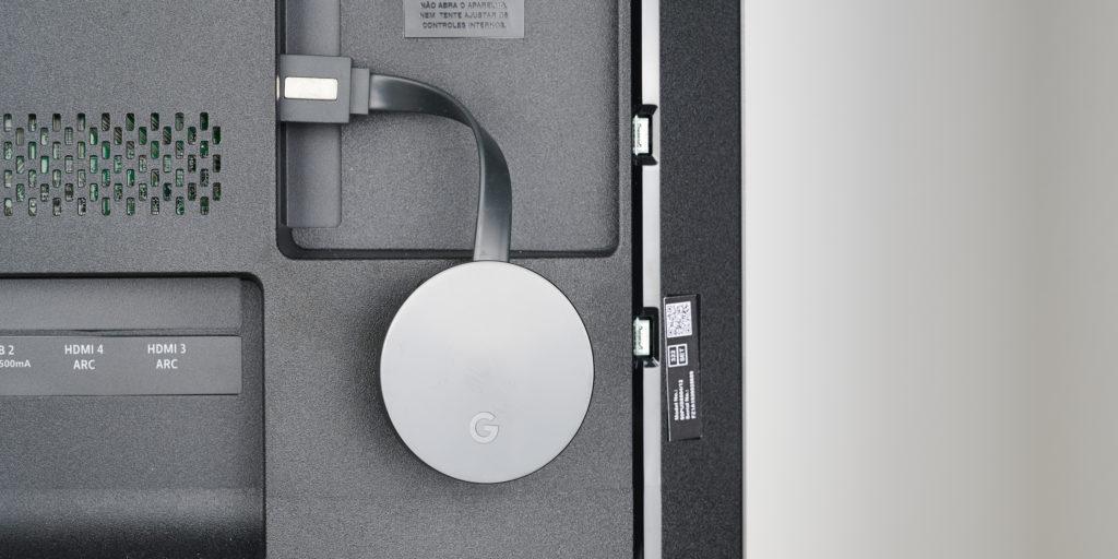 Der Chromecast Ultra von Google wird per HDMI am TV-Gerät angeschlossen.