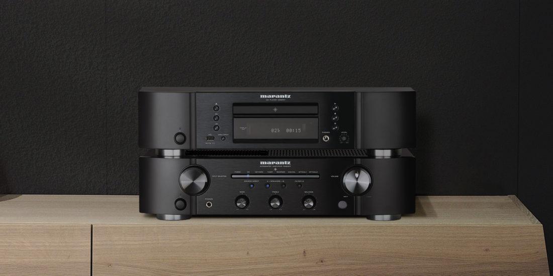 Verstärker und CD-Player von Marantz in Schwarz auf einem Sideboard.