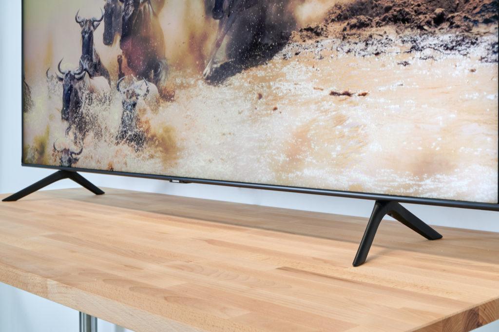 Die schmalen Standfüße verschaffen dem Samsung Q60T sicheren Halt auf der TV-Bank und lassen Raum für eine Soundbar.