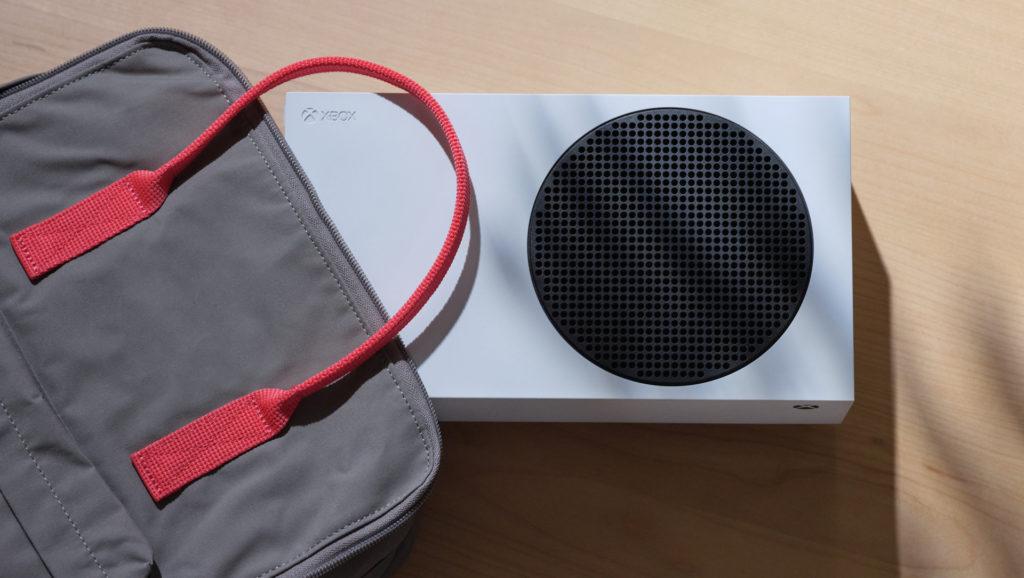 Microsoft bewirbt die Xbox Series S als kompakt und portabel.