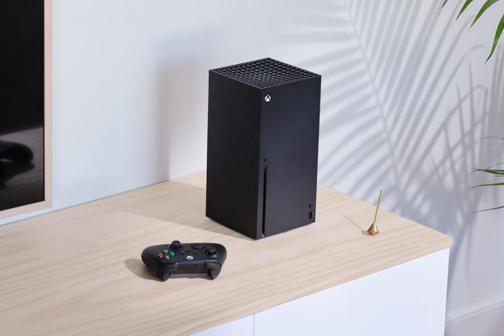 Die Xbox Series X lässt sich horizontal und vertikal ohne Ständer aufstellen.