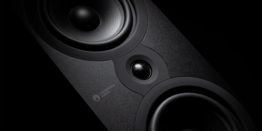 Ein Ausschnitt eines Lautsprechers der SX-Serie mit der Hochtonkalotte, die von zwei Tiefmitteltönern eingefasst wird.