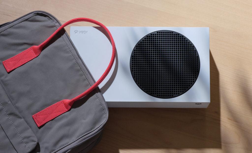 Die Xbox Series S lässt sich sogar im Rucksack verstauen.
