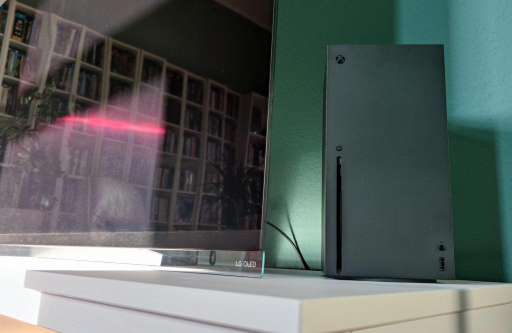 Die Xbox Series X möchte am liebsten frei und vertikal stehen.