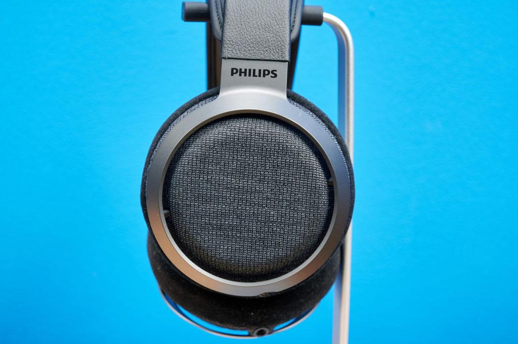 Die seitliche Stoffabdeckung der Philips Fidelio X3