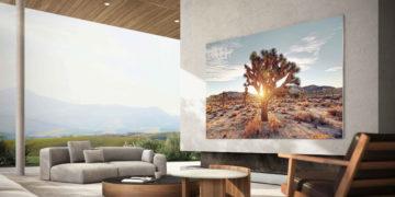 Der 110-Zoll-Fernseher hängt an der Wand auf einer großen überdachen Terrasse