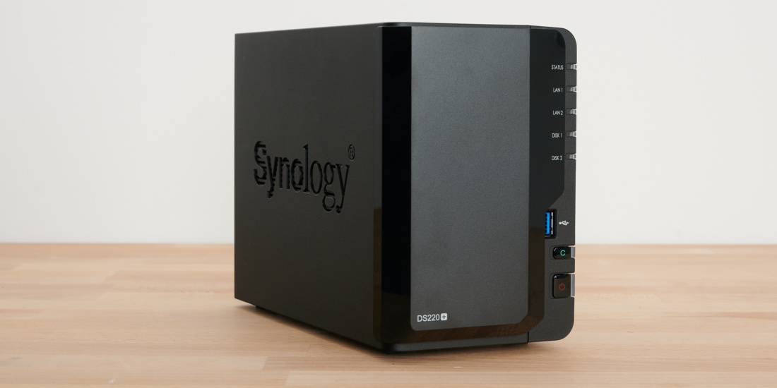 Synology DS229+ in der Schrägansicht mit Cover