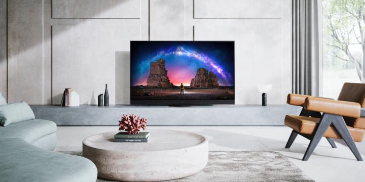 Der Panasonic-OLED-TV JZW2004 in einem edlen Wohnzimmer in hellen Farben.