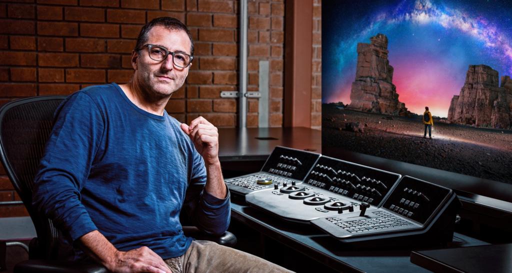 Hollywood-Kolorist Stefann Sonnenfeld an einem Arbeitsplatz mit einem OLED-Monitor.