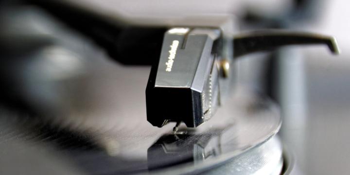Nahaufnahme: Tonabnehmer in der Rille