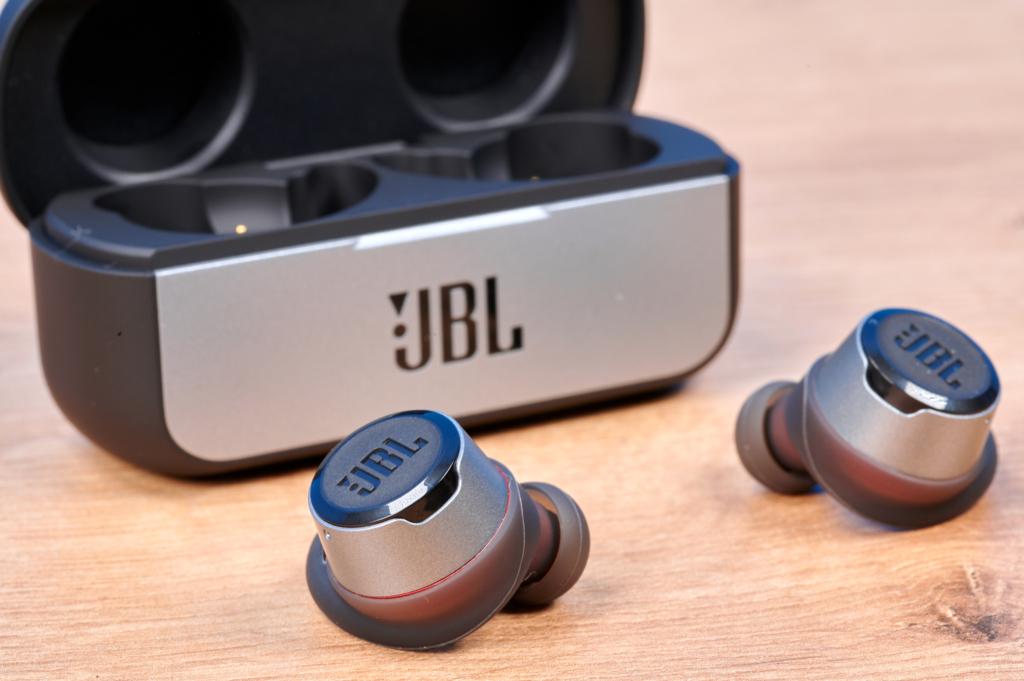 Die JBL Reflect Flow vor dem Case