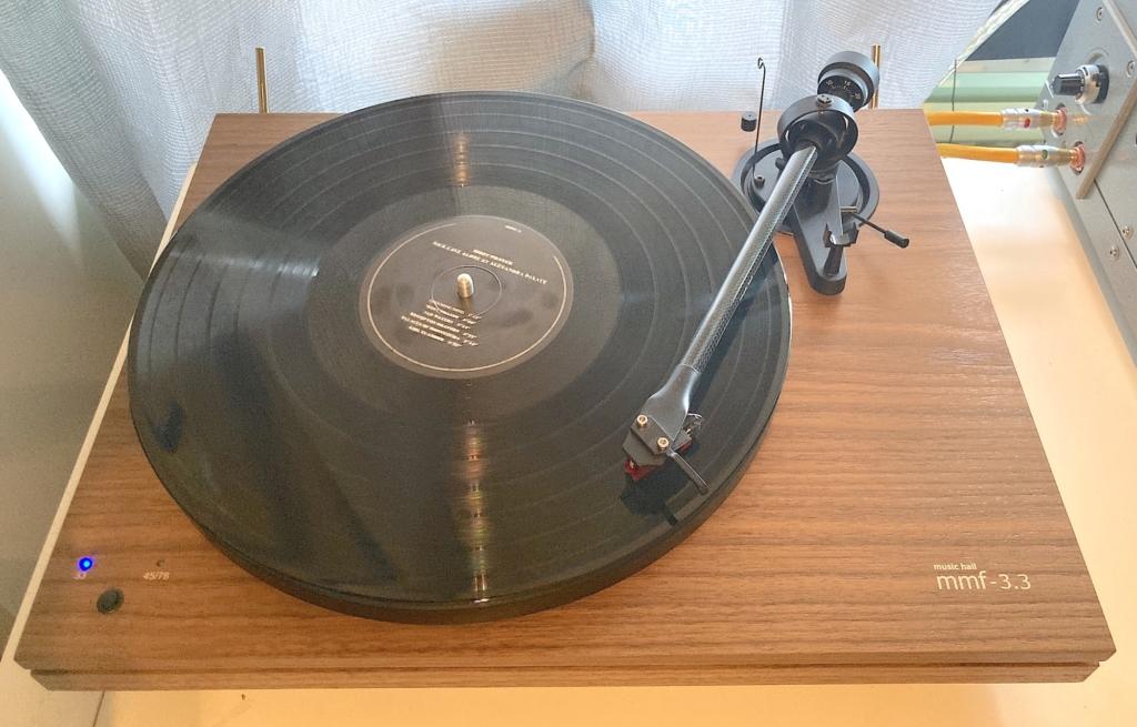 Music Hall MMF-3.3 – Draufsicht mit Schallplatte