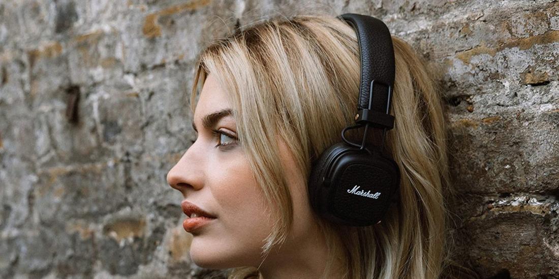 Frau mit Bluetooth-Kopfhörer