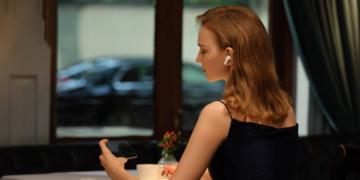 Frau mit der AirPods-Alternative Huawei FreeBuds Pro