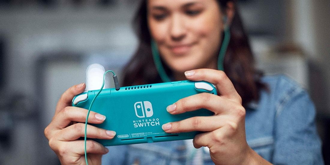 Frau spielt mit Nintendo Switch Lite