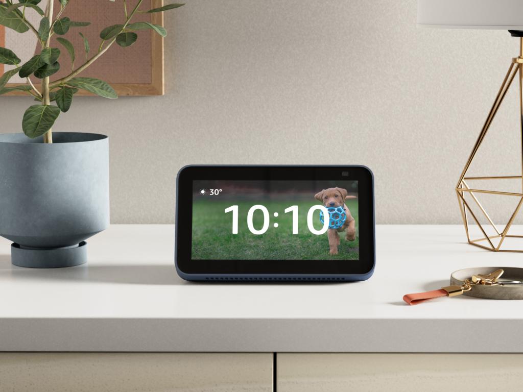 Amazon Echo Show 5 mit eingeschaltetem Display