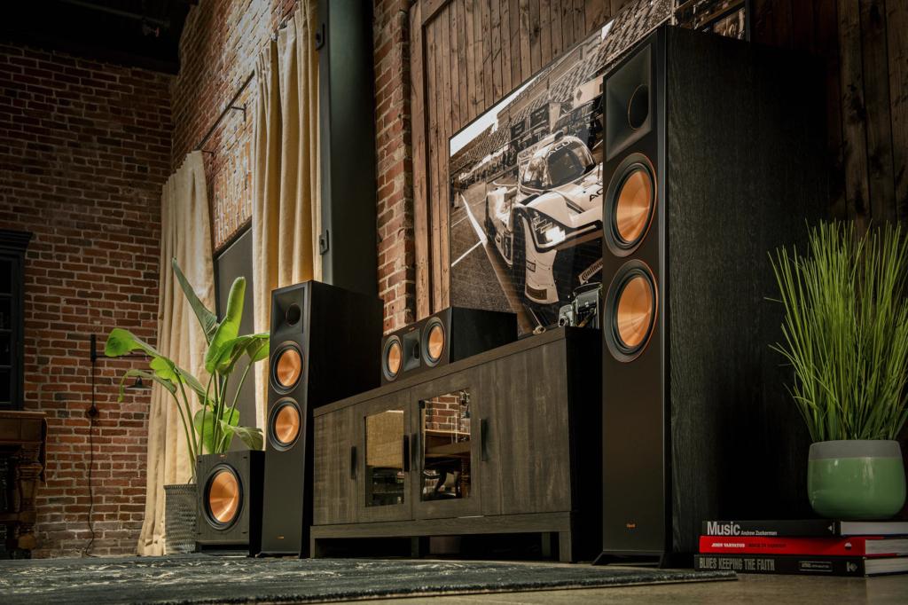 Eine Surround-Sound-Anlage mit AVR und Standboxen benötigt viel Platz, bietet aber die beste Qualität.