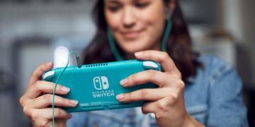 Frau mit Nintendo Switch Lite