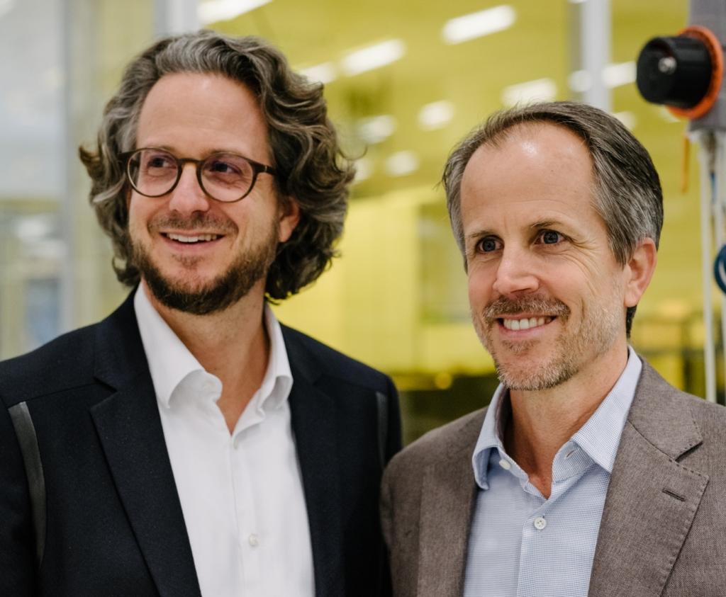 Sennheiser Co-CEOs, Andreas und Daniel Sennheiser, freuen sich über die Partnerschaft mit Sonova.