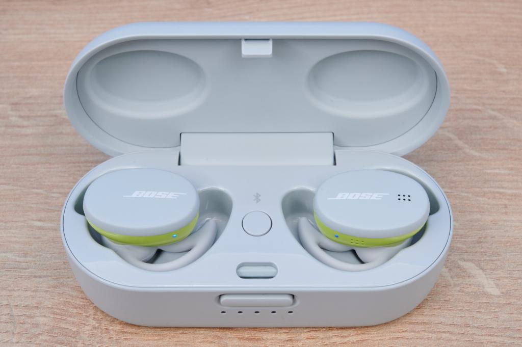 Die Bose Sport Earbuds im offenen Ladecase