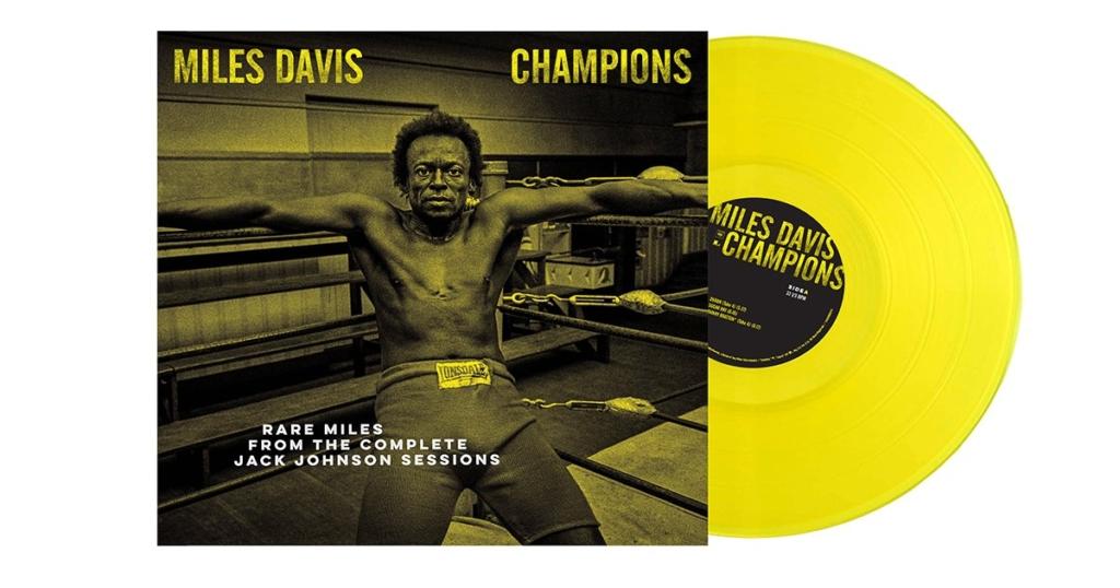 Das Cover von Champion: Miles Davis in einem Boxring, fotografiert von Jim Marshall.