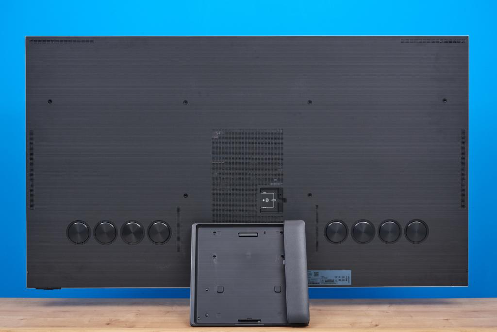 Rückseite des QN900A im Test