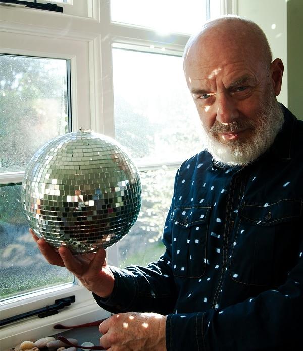 Musiker und Künstler Brian Eno mit Diskokugel
