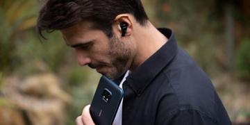 Mann mit Nokia-Kopfhörern und Smartphone