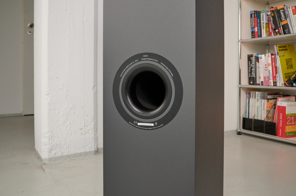 Q Acoustics 3050i Bassreflexrohr frei