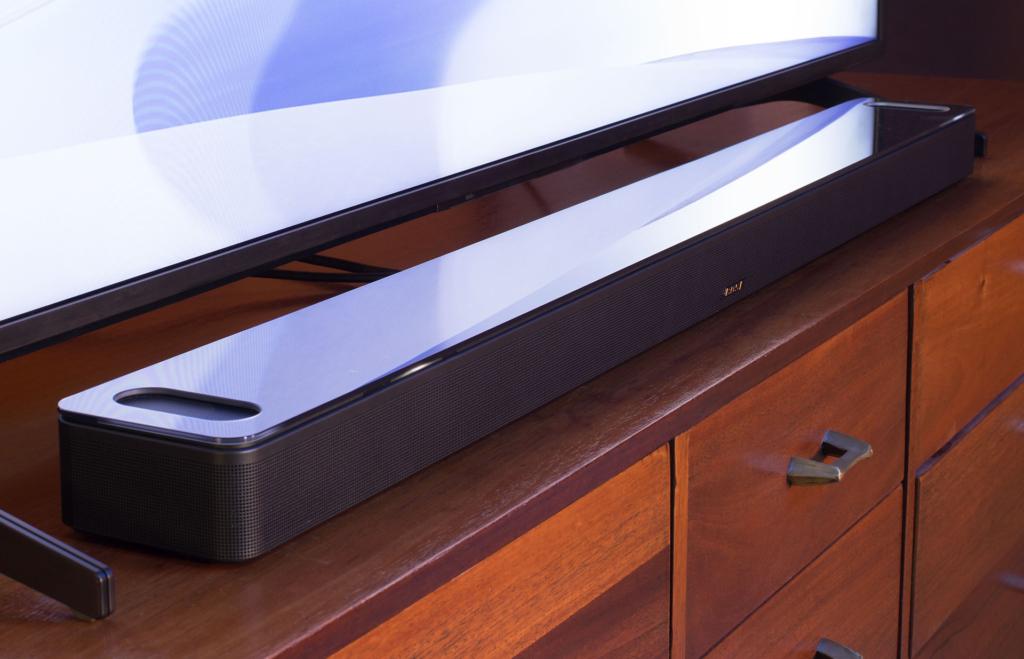 Mit 5,8 cm Höhe passt die Bose Smart Soundbar 900 unter die meisten TVs.